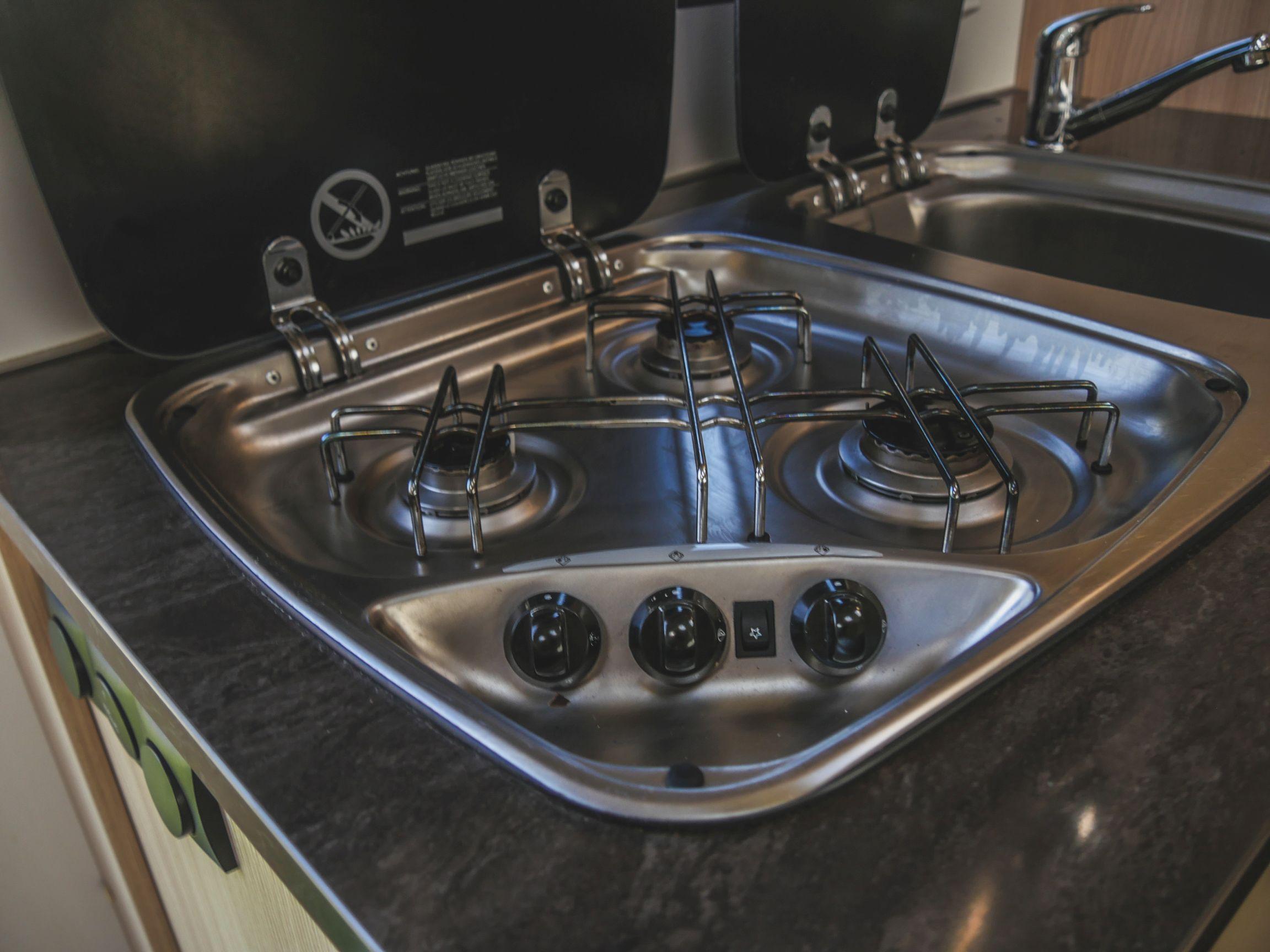 Bürstner A 660 interiér kuchyňský sporák