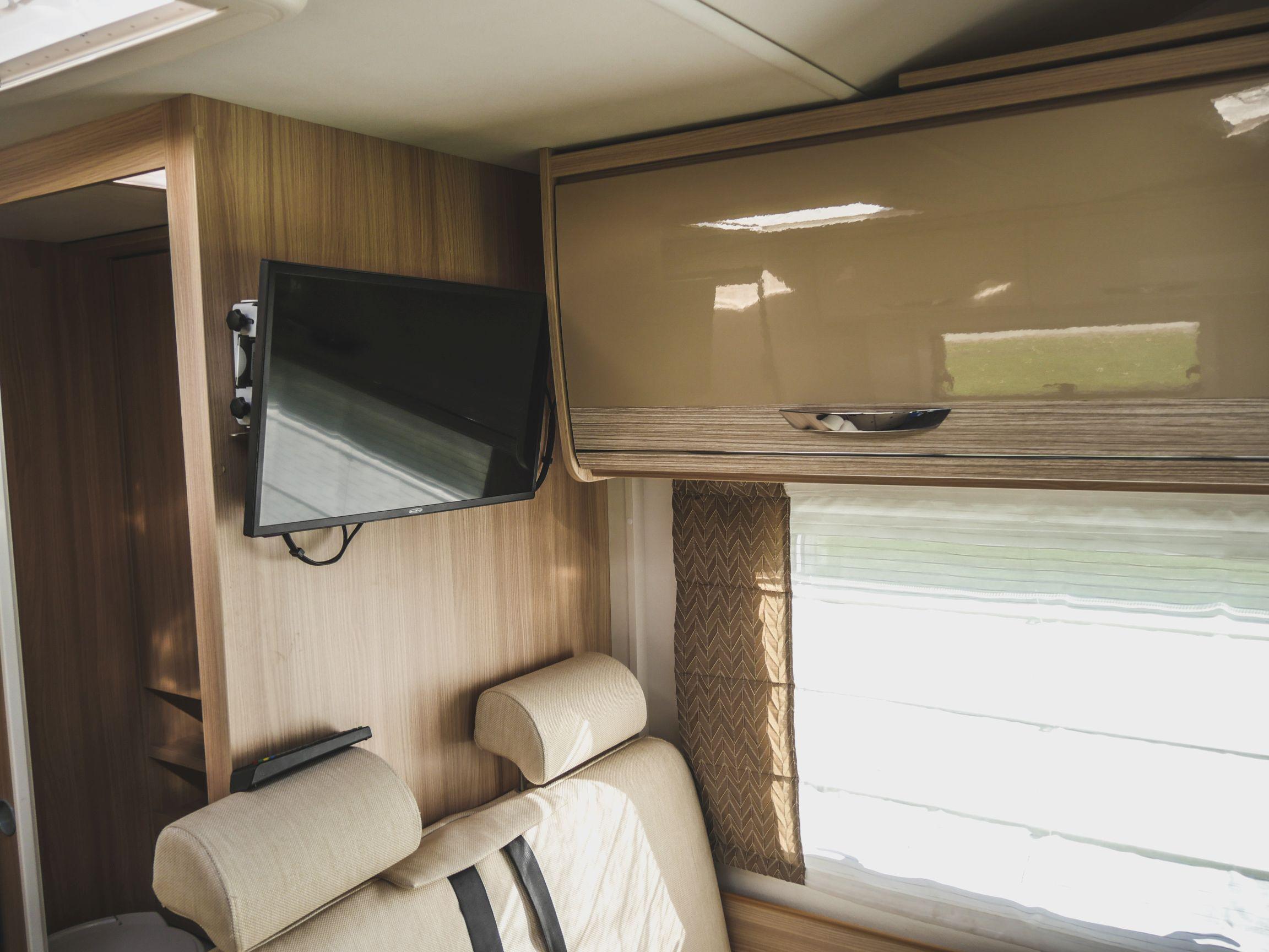 Bürstner A 660 interiér TV a úložný prostor