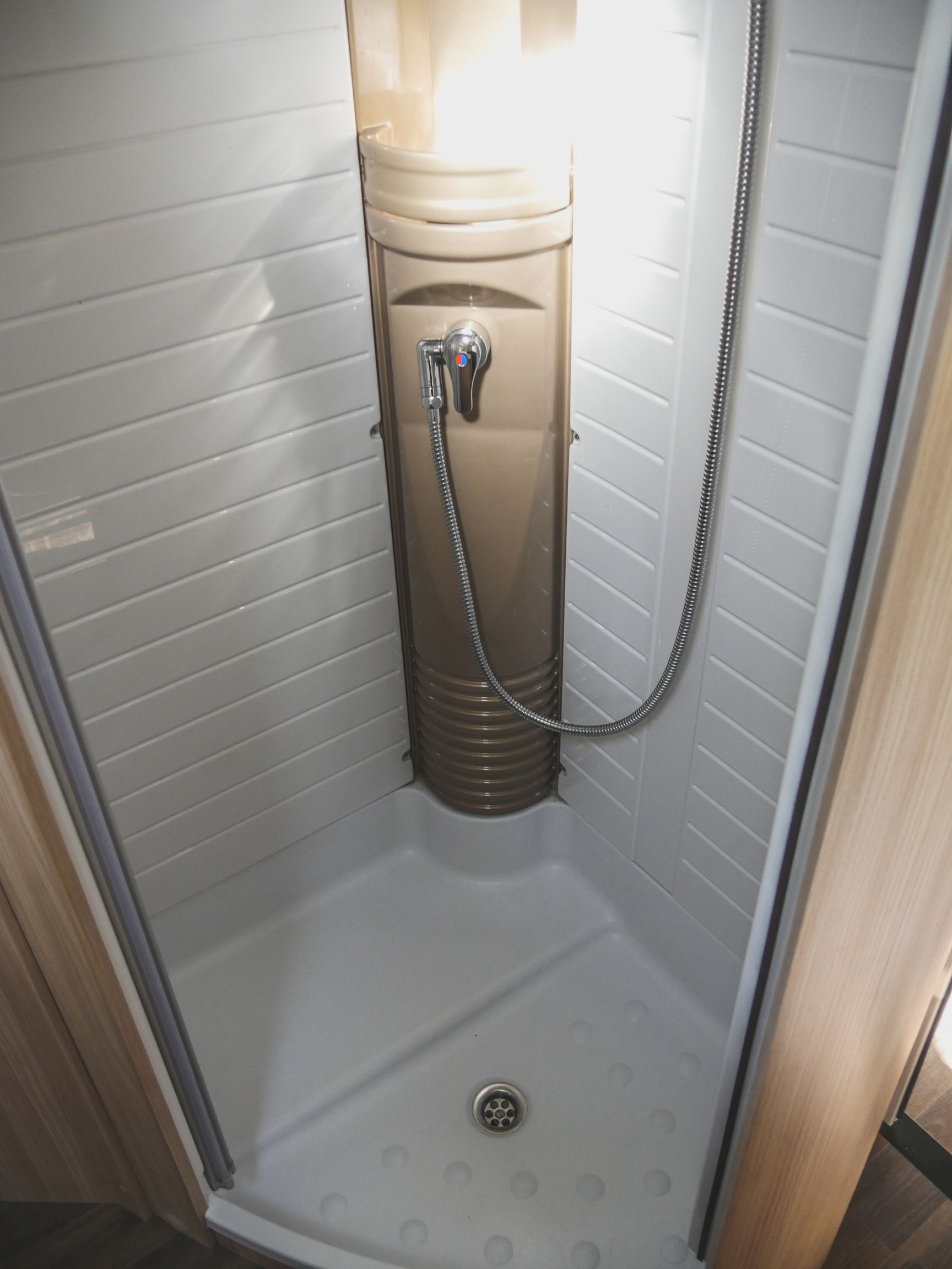 Bürstner T 700 interiér sprcha
