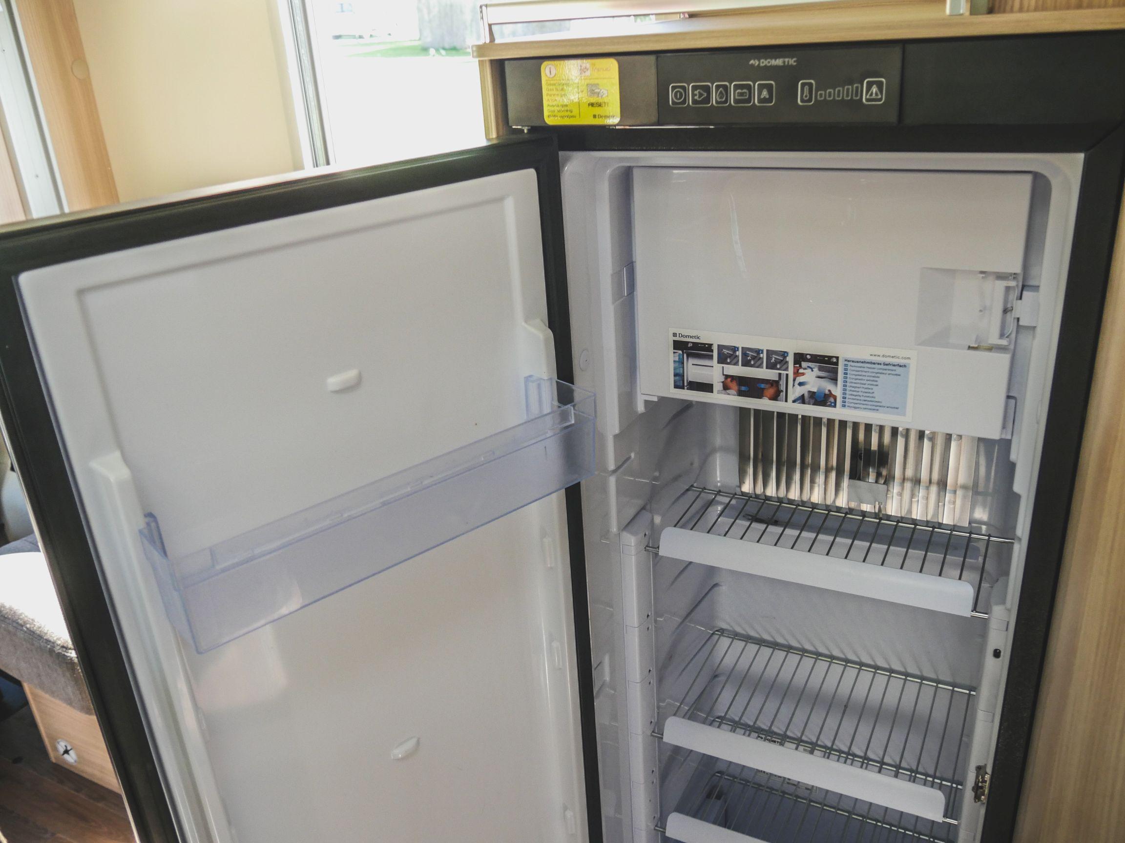 Bürstner T 700 interiér lednice